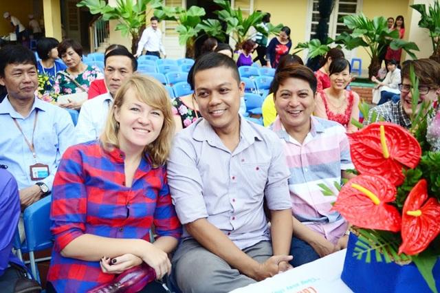 Giáo viên người nước ngoài đang công tác tại trường trong buổi lễ tri ân dành cho Nhà giáo Việt Nam