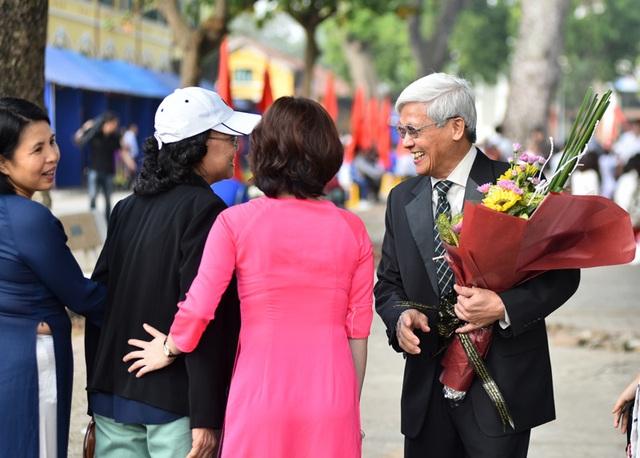Tại trường THPT Chu Văn An, thầy giáo nguyên Hiệu trưởng Đinh Sỹ Đại vui mừng về thăm trường và gặp lại các đồng nghiệp xưa