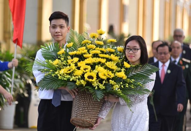 Lễ dâng hoa lên tượng đài Nhà giáo Chu Văn An