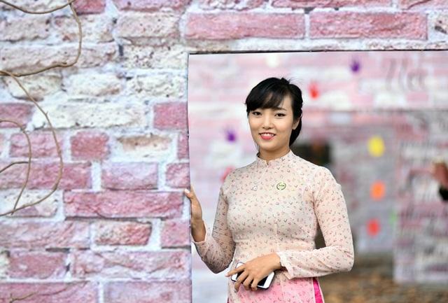 Cô giáo của trường THPT Chu Văn An duyên dáng trong trang phục áo dài