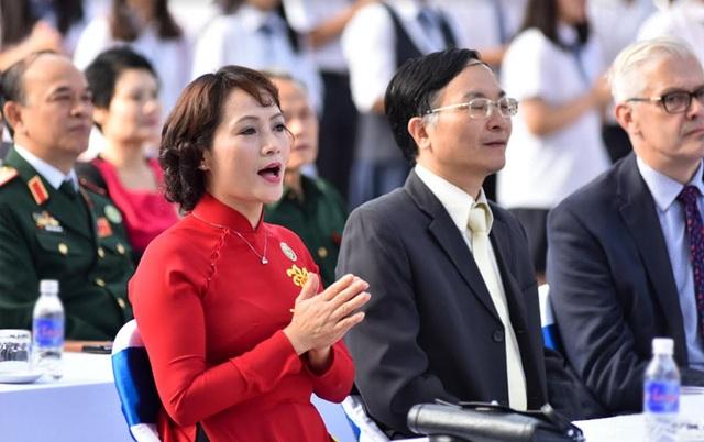 Dưới hàng ghế đại biểu, cô Lê Mai Anh – Hiệu trưởng nhà trường hào hứng hòa giọng cùng các em học sinh