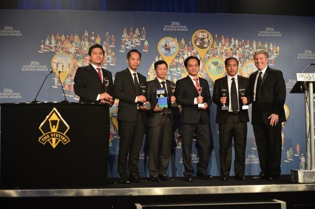 """Trong đó, Metfone nhận Giải Vàng hạng mục """"Chiến dịch marketing của năm"""" với chương trình Color Race 2015 và Giải Bạc hạng mục """"Dịch vụ mới tốt nhất của năm"""" với sản phẩm Ví điện tử eMoney. Đây là sự kiện có giá trị lớn đối với Metfone cũng như Viettel Global. Lần đầu tiên một công ty thị trường của Viettel mạnh dạn ứng tuyển cho nội dung về chương trình marketing và sản phẩm CNTT và đã đạt được thành công."""