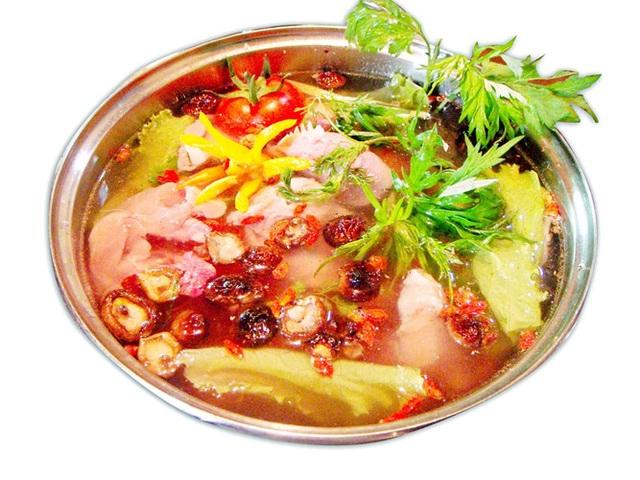 Người bị dạ dày, tiêu hóa kém: Lẩu quá cay có thể dẫn đến tổn thương hệ tiêu hóa, dạ dày, đối với những người đã bị dạ dày, chứng viêm sẽ bị kích thích, gây đau đớn... vì lẩu luôn được ăn sau khi thực phẩm được nhúng nóng công thêm gia vị cay sẽ gây tổn hại đến lớp bảo vệ bề mặt niêm mạc dạ dày.