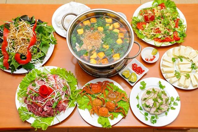 """Những lưu ý khi ăn lẩu để bảo đảm sức khỏe: Nên có nhiều rau xanh. Món lẩu thông thường có rất nhiều thịt mỡ. Nếu ăn cùng với nhiều loại rau xanh, không những có thể """"tiêu trừ"""" dầu mỡ, bổ sung vitamin cho cơ thể mà còn có tác dụng điều hòa, trừ nóng và giải độc."""