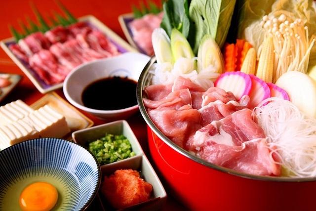 Thực phẩm phải được nấu chín: Ăn lẩu thường hay ăn các loại thịt sống, cá sống, rau sống. Trong quá trình ăn uống dễ bị vi sinh vật gây bệnh và nhiễm trứng ký sinh trùng. Do đó, để ăn các món lẩu cần phải được nấu sôi trong khi ăn để đạt được hiệu quả khử trùng.