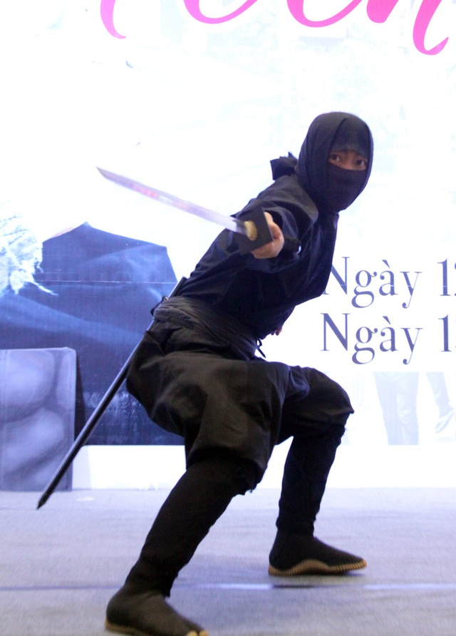 Ninja trình diễn các động tác kiếm thuật