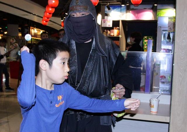 Các em nhỏ được ưu tiên học một vài ngón đòn của ninja cùng các sư phụ