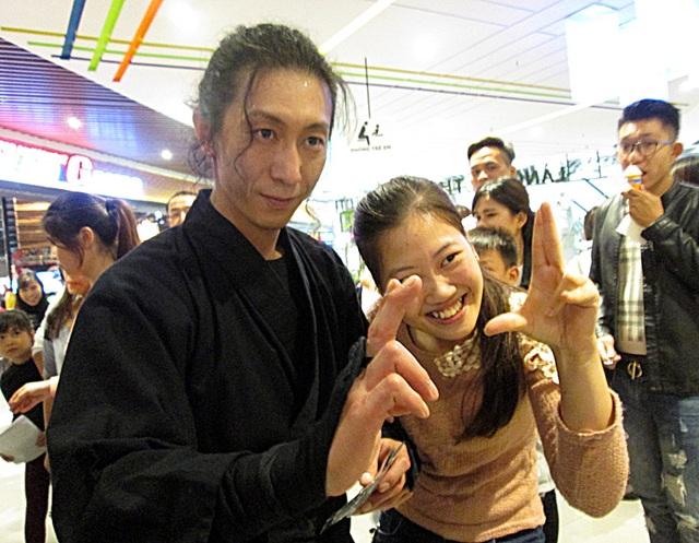 """Nhiều bạn trẻ hào hứng chụp ảnh cùng các ninja """"bước ra từ trang truyện"""""""
