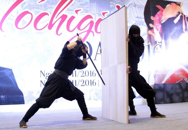 Biểu diễn sử dụng kiếm để vượt qua tường