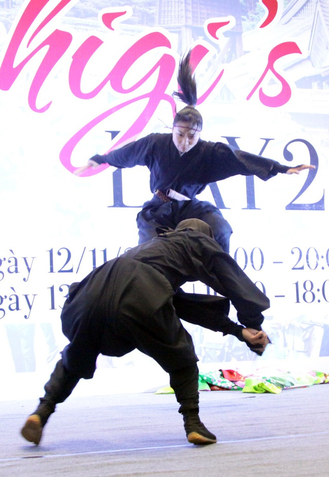 """Bạn trẻ Hà thành """"tròn mắt"""" xem ninja phi tiêu, đấu kiếm - 5"""