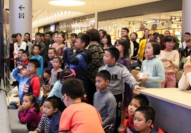 Rất đông khán giả Hà Nội, gồm nhiều bạn trẻ và cả các em nhỏ đã bị thu hút bởi Ninja show