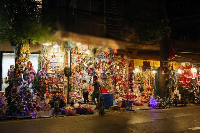 Vốn được coi là con phố của những dịp lễ, phố Hàng Mã trở nên lung linh với những món đồ đặc trưng của dịp Giáng sinh như cây thông, đèn màu, quần áo hóa trang, tuần lộc...