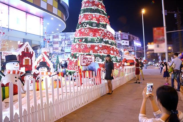 Không khí Giáng sinh đã rộn ràng trên nhiều con phố Hà thành.