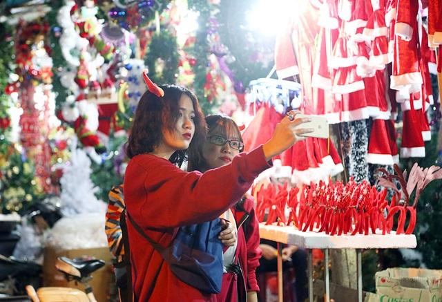 Hai cô gái diện trang phục tông đỏ để ghi lại những hình ảnh dễ thương