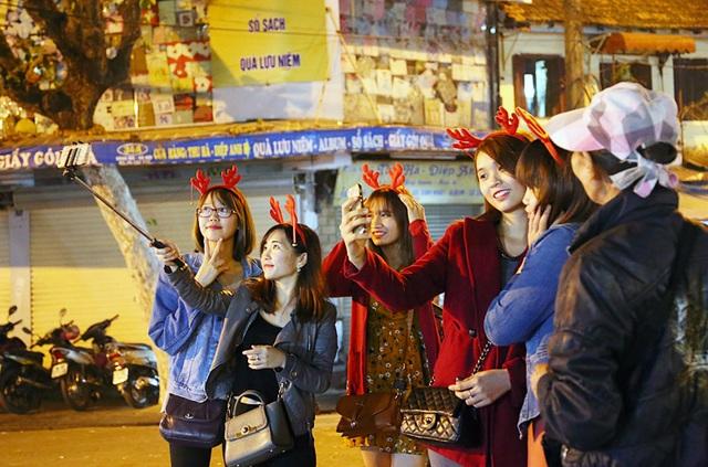 Bạn trẻ Hà Nội rủ nhau khoe sắc dịp Giáng sinh - 8