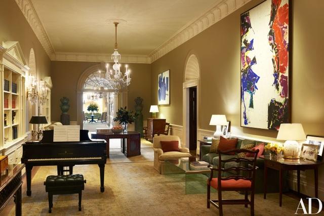 Hội trường Trung tâm trưng bày những bức tranh của Sam Francis và Hans Hofmann, những bình gốm của Peter Schlesinger.