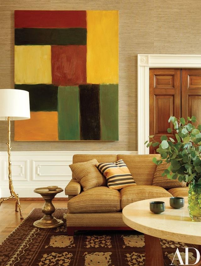 Phòng khách của gia đình Obama treo một bức tranh của Sean Scully, một chiếc đèn cây và bàn Jasper.