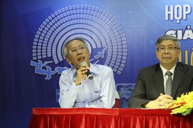 TS Nguyễn Long - Chủ tịch Hội đồng chấm sơ khảo trao đổi với báo chí về công tác chấm sơ khảo