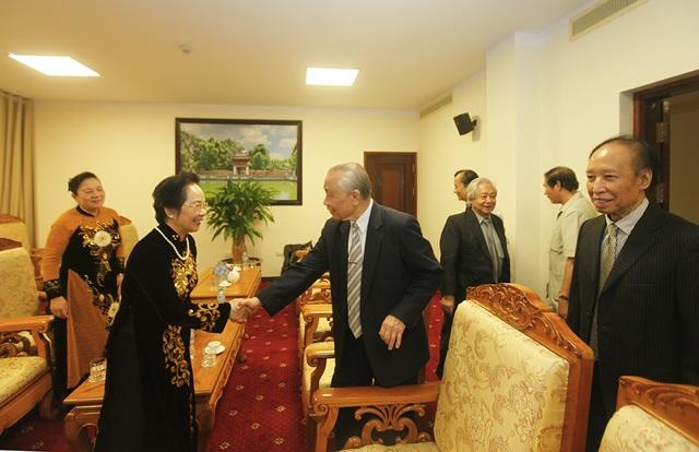 Chủ tịch danh dự Hội Khuyến học Việt Nam Nguyễn Mạnh Cầm và Chủ tịch Hội Khuyến học Việt Nam Nguyễn Thị Doan vui mừng trò chuyện trong phòng khách VIP.