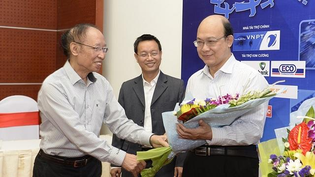 Nhà báo Phạm Huy Hoàn tặng hoa chúc mừng các thành viên Ban giám khảo hiện đang làm công tác giảng dạy nhân dịp Ngày Nhà giáo Việt Nam 20/11.