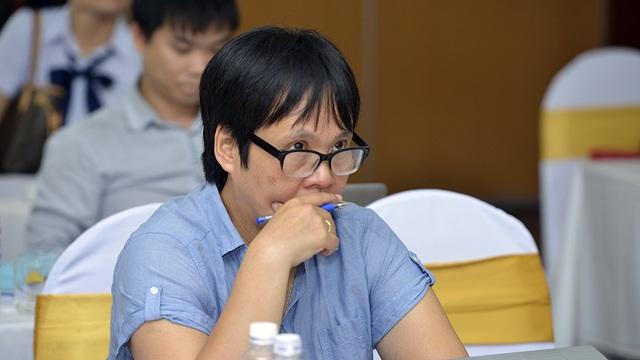 PGS.TS Lương Chi Mai - Thành viên của Hội đồng chấm thi Sản phẩm Hệ thống CNTT triển vọng chăm chú lắng nghe tác giả thuyết trình.