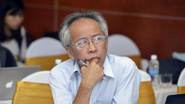 Giây phút tập trung cao độ của TS Nguyễn Long