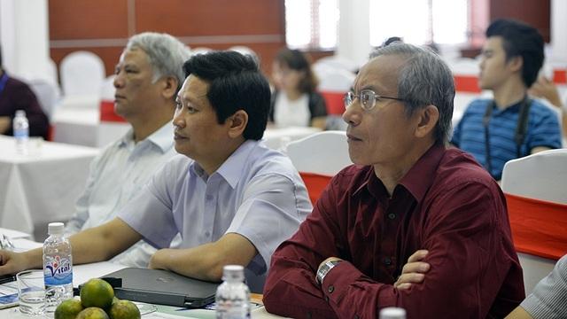 Các thành viên Ban giám khảo chăm chú lắng nghe sự trình bày của tác giả.