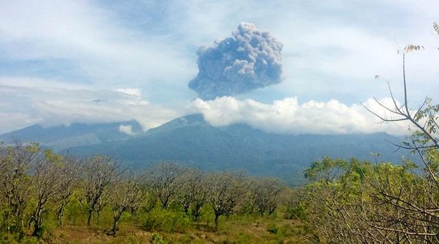 Núi lửa Barujari bắt đầu phun trào cột khói bụi. (Ảnh: RT)