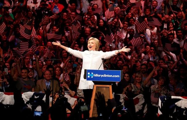 Ứng viên tổng thống đảng Dân chủ Hillary Clinton giữa những người ủng hộ ở Brooklyn, New York. Bà Clinton đã trở thành nữ ứng viên tổng thống đầu tiên của một chính đảng lớn tại Mỹ nhưng thất bại trước đối thủ Cộng hòa Donald Trump trong cuộc bầu cử ngày 8/11. (Ảnh: Reuters)