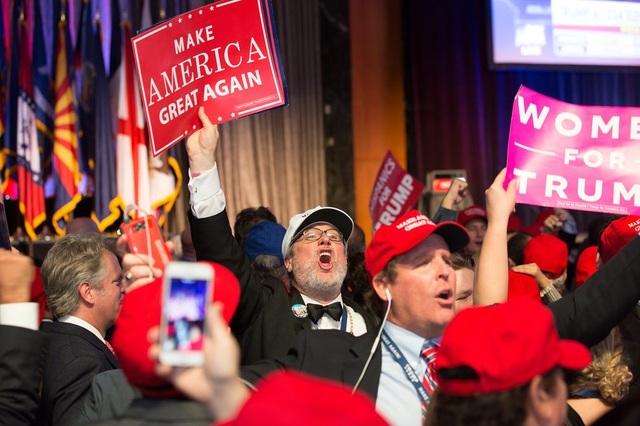 Những người ủng hộ ông Donald Trump ăn mừng chiến thắng bầu cử của ứng viên tổng thống đảng Cộng hòa tại New York. (Ảnh: Guardian)