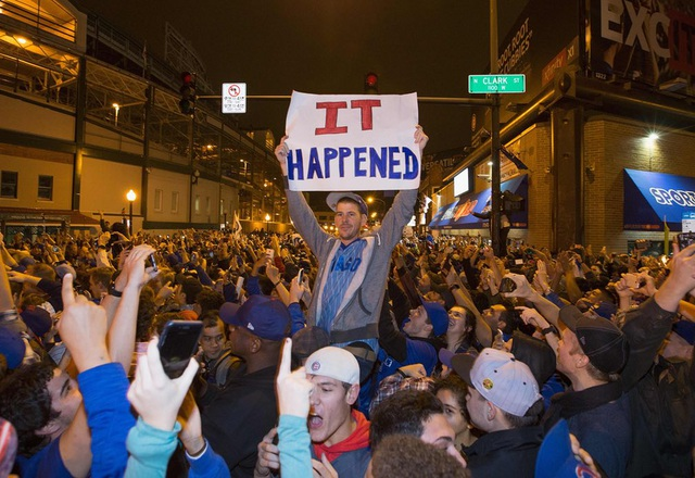 Những người hâm mộ của đội bóng chày Chicago Cubs ăn mừng chiến thắng lần đầu tiên đội này tại giải World Series sau 108 năm. (Ảnh: Reuters)