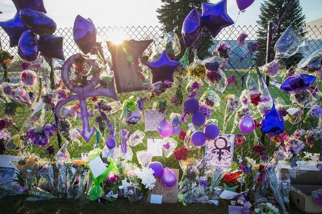 Người hâm mộ đặt hoa và bóng bay màu tím quanh nhà ca sĩ Prince để tưởng nhớ ông sau khi ông qua đời ở tuổi 57 hồi tháng 4. (Ảnh: Getty)