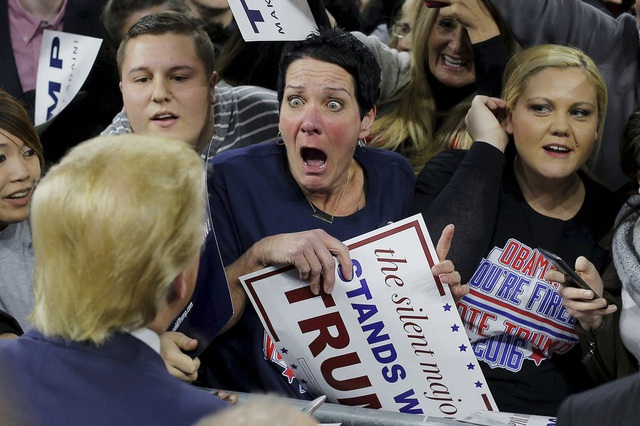 Robin Roy quá phấn khích khi ứng viên tổng thống đảng Cộng hòa Donald Trump tiến lại gần cô trong một cuộc vận động tranh cử ở Lowell, Massachusetts. (Ảnh: Reuters)