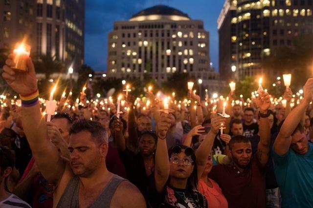 Đám đông tập trung trong một lễ tưởng niệm những người thiệt mạng trong vụ thảm sát tại hộp đêm Pulse ở Orlando, bang Florida. Tổng cộng 50 người đã thiệt mạng rạng sáng ngày 12/6 trong vụ thảm sát đẫm máu nhất trong lịch sử Mỹ. (Ảnh: Getty)