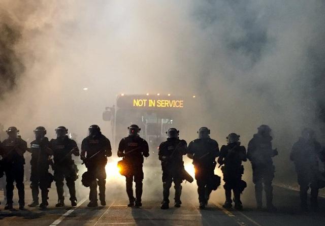 Các cảnh sát trong trang phục chống bạo động chặn đường trong một cuộc biểu tình sau khi cảnh sát bắn chết ông Keith Lamont Scott tại thành phố Charlotte, bang North Carolina. (Ảnh: Reuters)