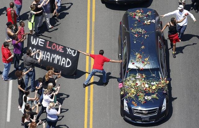 Những người hâm mộ cố gắng chạm vào chiếc xe chở quan tài huyền thoại quyền anh Muhammad Ali trong lễ rước tại Louisville, Kentucky. (Ảnh: Reuters)