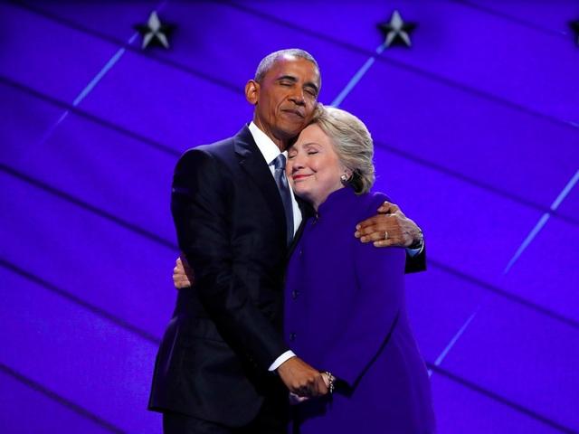 Bức ảnh chụp khoảnh khắc Tổng thống Barack Obama ôm ứng viên tổng thống đảng Dân chủ Hillary Clinton trên sân khấu của đại hội toàn quốc đảng Dân chủ Mỹ ở Philadelphia hồi tháng 7. Ông Obama là người ủng hộ mạnh mẽ bà Clinton trong suốt chiến dịch tranh cử của cựu Ngoại trưởng Mỹ. (Ảnh: Reuters)