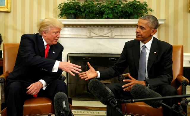 Tổng thống sắp mãn nhiệm Barack Obama bắt tay Tổng thống đắc cử Donald Trump trong lần đầu gặp mặt tại Phòng Bầu Dục, Nhà Trắng hôm 10/11, hai ngày sau khi tỷ phú New York giành chiến thắng trước đối thủ Hillary Clinton trong cuộc bỏ phiếu toàn quốc. (Ảnh: Reuters)