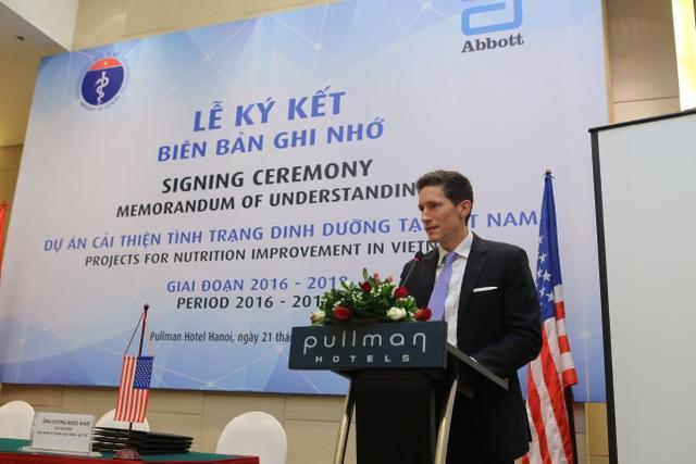 Ông Brett Blackshaw - Quyền Phó Đại sứ Hoa Kỳ tại Việt Nam phát biểu tại Lễ ký kết