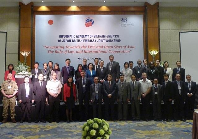 Các diễn giả và khách mời trong nước và quốc tế chụp ảnh trong phiên khai mạc hội thảo sáng ngày 29/11 (Ảnh: An Bình)