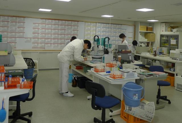 Phòng thí nghiệm của công ty Asahi Shuzo chuyên sản xuất rượu sake tại thành phố Iwakuni. (Ảnh: An Bình)