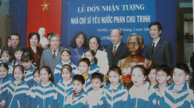 Nguyên Phó Chủ tich nước Nguyễn Thị Bình trao tặng nhà trường bức tượng cụ Phan Chu Trinh