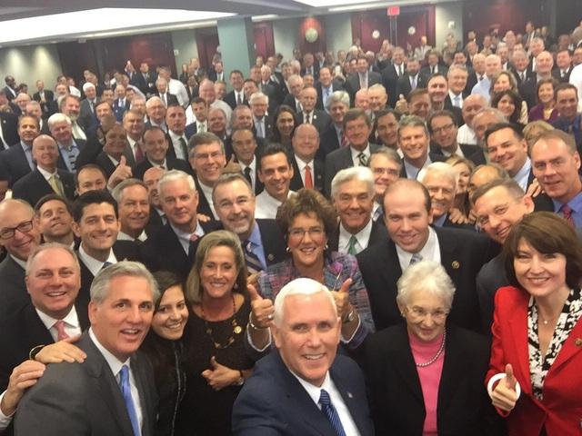 Bức ảnh selfie của Phó Tổng thống đắc cử Mỹ Mike Pence với các nghị sĩ Cộng hòa. (Ảnh: Twitter)