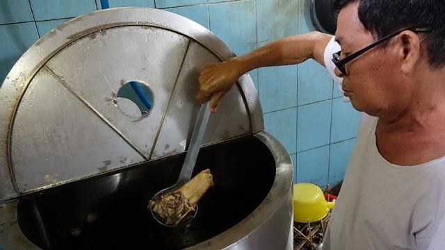 Nồi nước dùng của quán phở được nấu bằng lò điện chuyên dụng (Ảnh: Phạm Nguyễn)