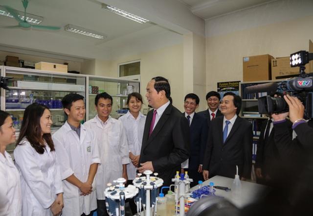 Chủ tịch nước thăm quan một số phòng thí nghiệm trọng điểm và trao đổi với giảng viên, sinh viên ĐH KHTN - ĐHQGHN