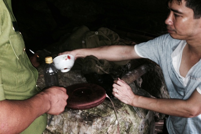 Đồ đạc, vật dụng trong hang Tẩn Láo Lở dùng để cầm cự hơn 20 ngày qua. Lở vốn là người vô cùng thông thạo rừng núi nơi đây nên sự chuẩn bị cho chuyến lẩn trốn của y cũng rất chu đáo.