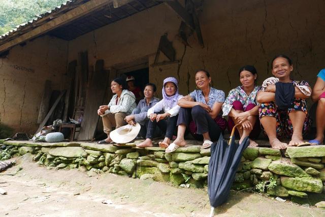 Trong suốt 5 giờ dẫn giải nghi phạm tới hang lân trốn trên núi cao, rất đông người dân ở xã Trịnh Tường và vùng lân cận đã tới thôn Phìn Ngan để chờ đợi xem mặt Tẩn Láo Lở. Trong ảnh, người dân tụ tập trước ngôi nhà của nạn nhân vụ thảm sát.