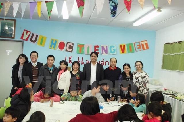 Đại sứ Nguyễn Việt Dũng chụp ảnh với Lãnh đạo Hội người Việt, Hội Sinh viên và các giáo viên tình nguyện. (Ảnh do Đại sứ quán Việt Nam tại New Zealand cung cấp)