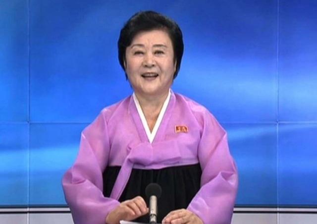 Bà Ri Chun-hee xuất hiện trong bộ trang phục truyền thống Triều Tiên với hai màu hồng và đen. (Nguồn: SCMP)