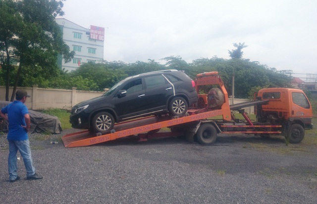 Do tài xế không chịu xuống xe nên xe cẩu chuyên dụng buộc phải cầu cả người và xe vi phạm về trụ sở làm việc.